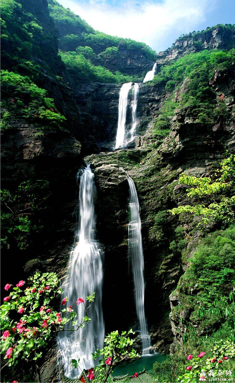 1.黄果树瀑布 位于贵州省安顺市,是黄果树瀑布群中最为壮观的瀑布,也是世界著名大瀑布之一,以水势浩大著称。世界上唯一一个可以从上、下、前、后、左、右六个方位观赏的瀑布。  2.黄河壶口瀑布 壶口瀑布,西濒陕西省宜川县,东临山西省吉县,是黄河流经晋陕大峡谷时形成的一个天然瀑布,两岸石壁峭立,河口收束狭如壶口,所以称为壶口瀑布。是黄河上唯一的黄色大瀑布,也是中国的第二大瀑布,其奔腾汹涌的气势是中华民族精神的象征。  3.