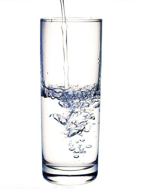 而且玻璃表面光滑,容易清洗,细菌和污垢不容易在杯壁孳生,所以人们用
